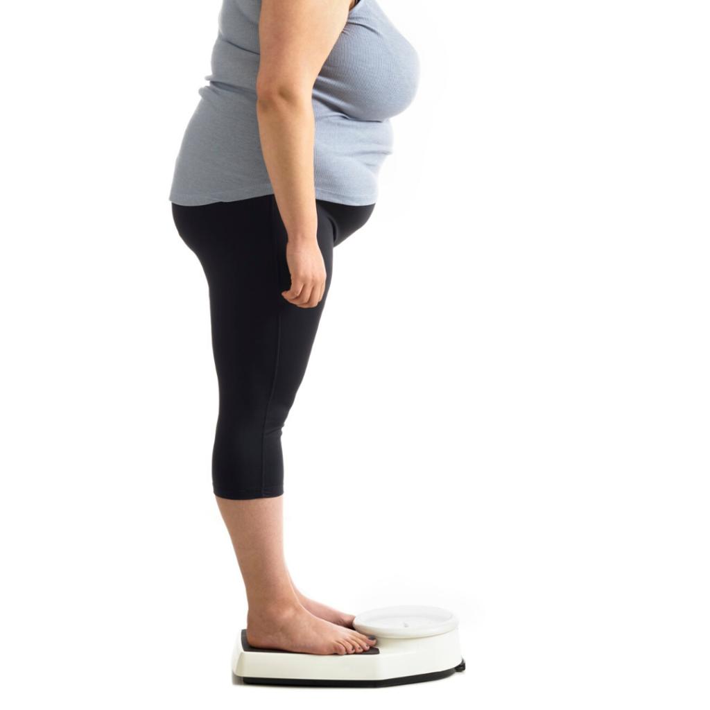 mulher obesa olhando a balança
