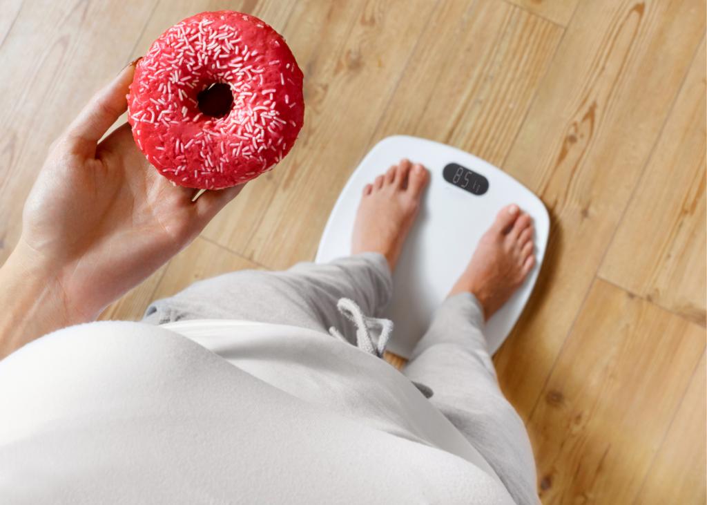 Akta Liv - endocrinologia e emagrecimento - obesidade e metabolismo - pessoa obesa - balança - doce
