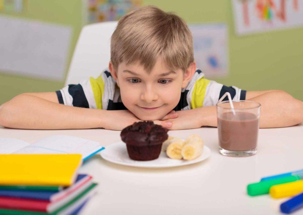 AKTA-Liv-Endocrinologia-Pediatrica-diabetes-infantil-criança-comendo-doces