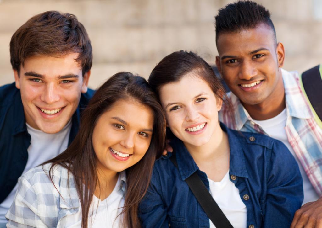 Dois casais de namorados Adolescentes na puberdade