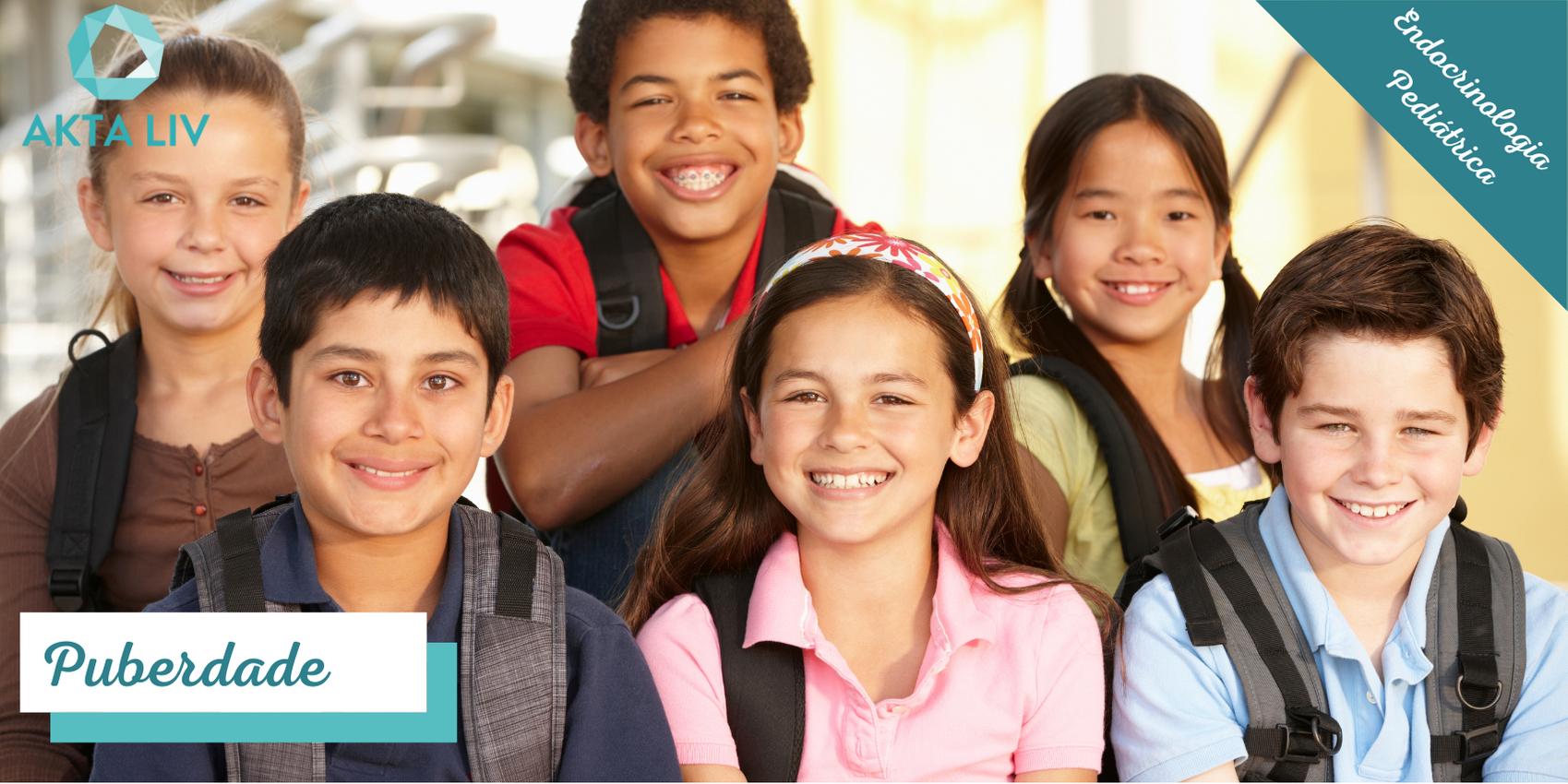 Grupo de pré adolescentes na puberdade sorrindo
