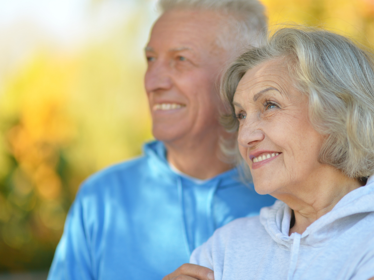 AKTA-Liv-Endocrinologia-Integrada-Fisioterapia-para-doença-de-parkinson-casal-idoso-feliz