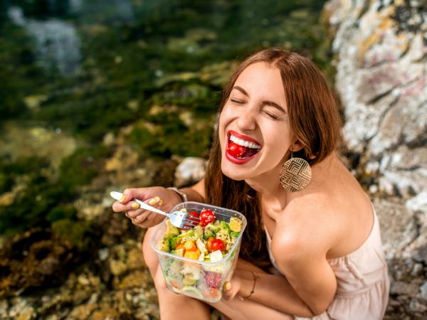 AKTA-Liv-Endocrinologia-Integrada-Saúde-e-Bem-Estar-Alimentação-e-Exercícios-mulher-comendo-salada- cansaço