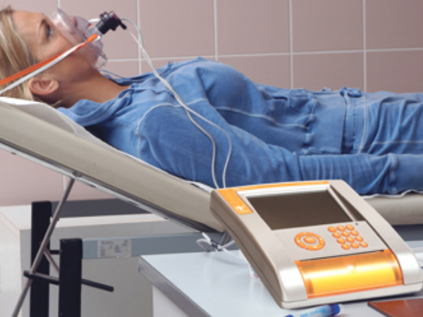 AKTA-Liv-Endocrinologia-Integrada-mulher-deita-fazendo-exame-de-calorimetria-indireta