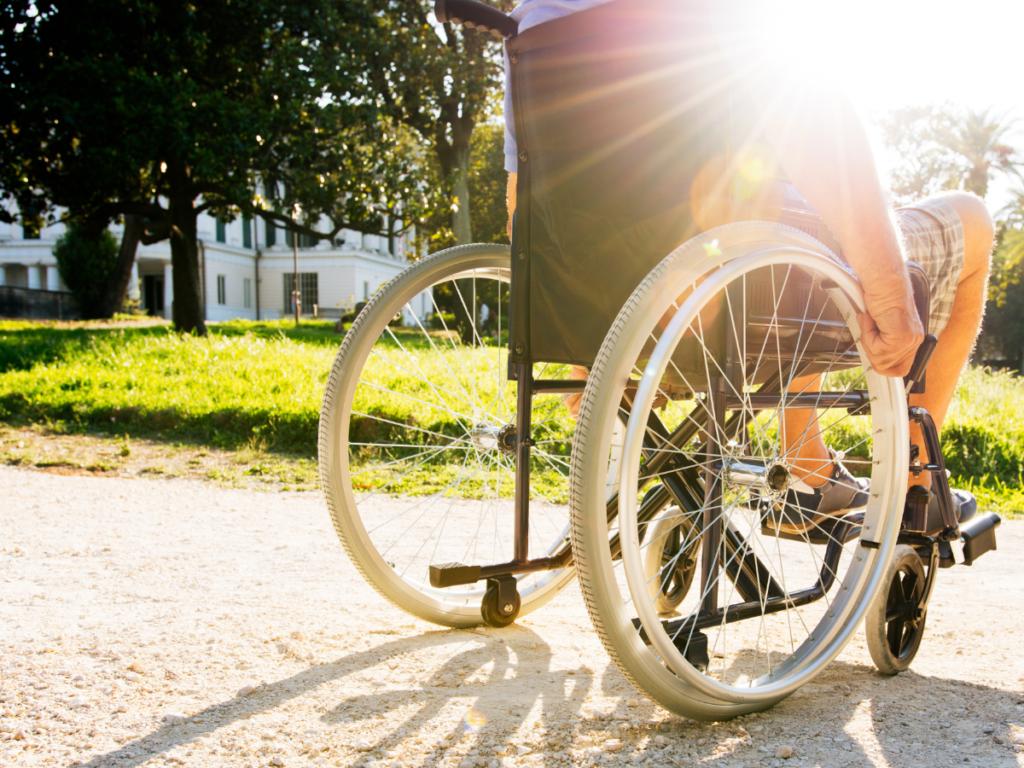 AKTA-Liv-Fisioterapia-Pilates-para-esclerose-multipla-paciente-em-cadeira-de-rodas