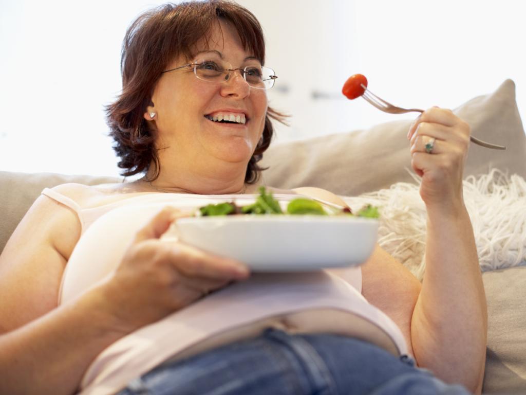 AKTA-Liv-Endocrinologia-Integrada-Ganho-de-Peso-mulher-obesa-comendo-salada