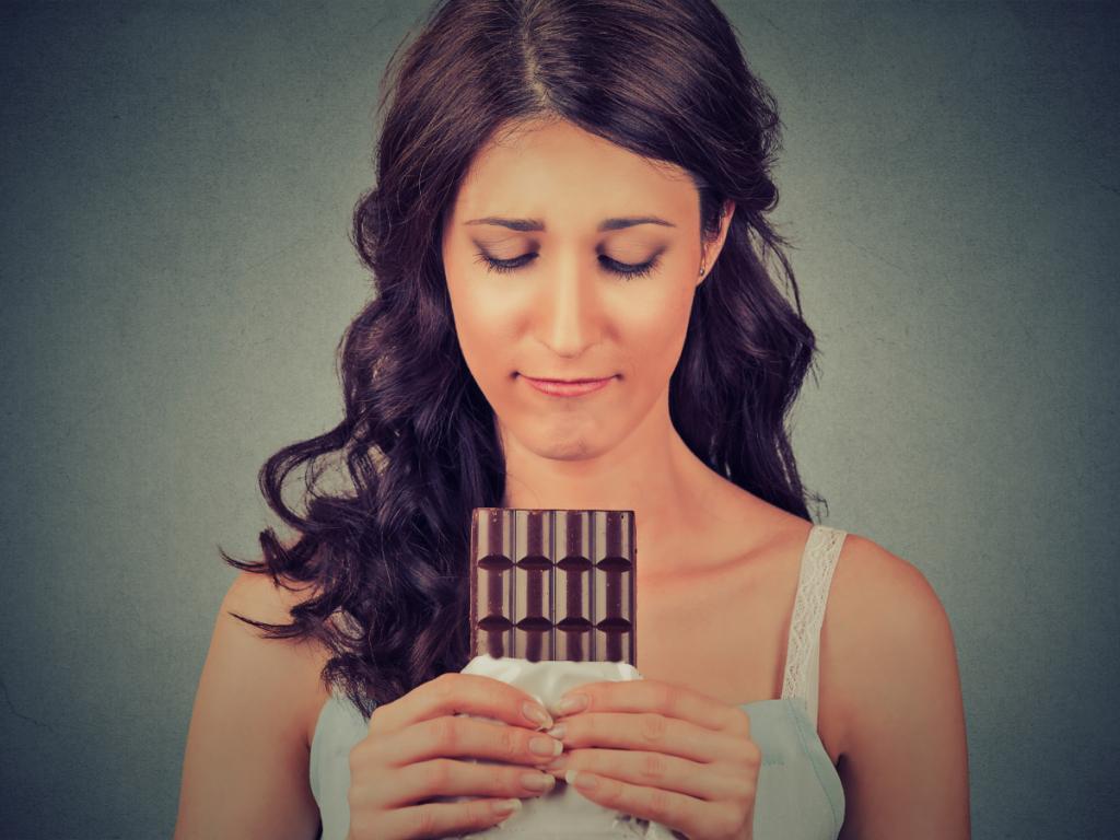 Akta-Liv-clinica-endocrinologia-acelerar-metabolismo-perda-de-peso-mulher-comendo-barra-de-chocolate